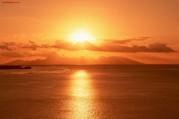 Cielo anaranjado sobre el mar
