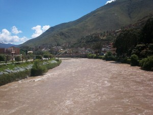 Postal: Río atravesando la ciudad de Huánuco en Perú