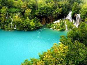 Un lago de aguas azules y cristalinas