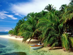 Postal: Barquita en una isla paradisiaca