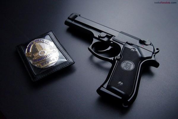Placa y pistola de Policía de Los Angeles