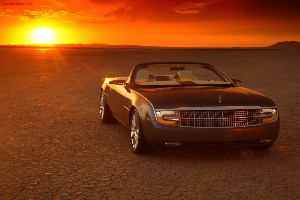 Auto descapotable en el desierto