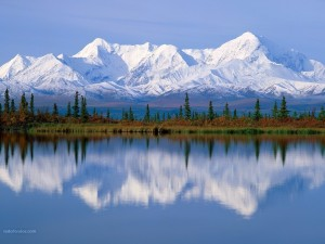 Montañas blancas más allá del lago