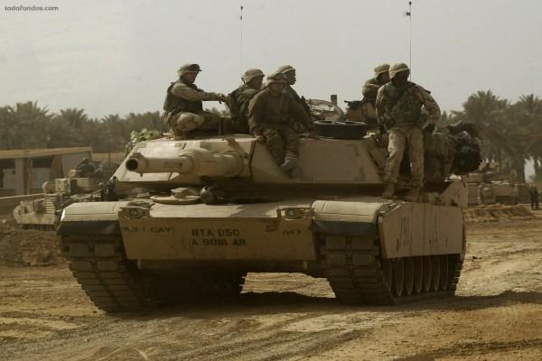 Soldados sobre un carro de combate