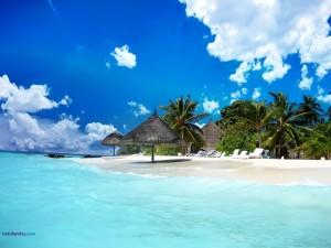 Playa de arena blanca y agua azul celeste