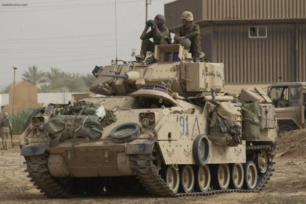 Soldados sobre tanque