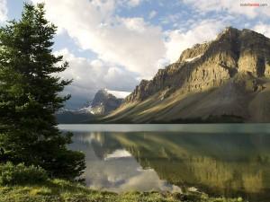 Postal: Lago al pié de la montaña