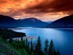 Lago azul intenso