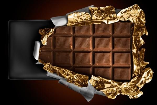 Abriendo una tableta de chocolate