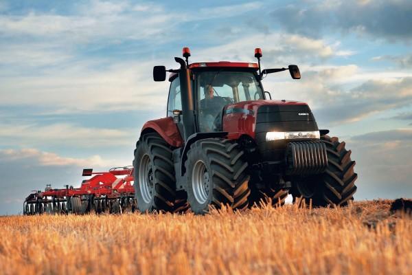 Tractor trabajando la tierra