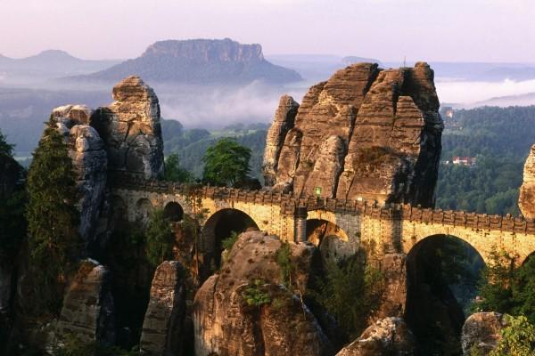 Acueducto entre grandes piedras