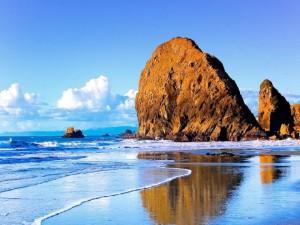 Postal: Enorme roca en la playa