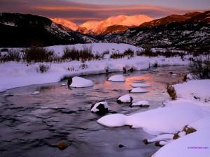 Nieve en la rivera del río