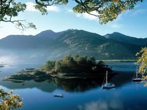 Barcas en un lago manso