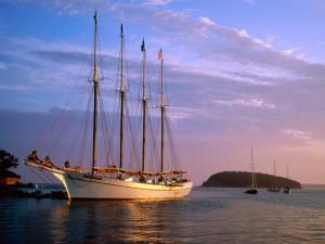 Barco velero al atardecer