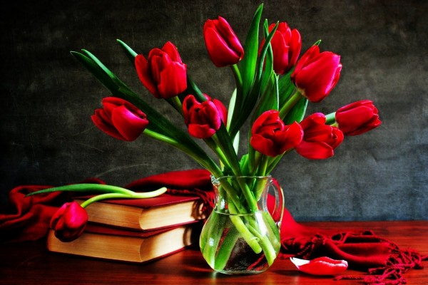 Tulipanes rosas en una jarra de agua