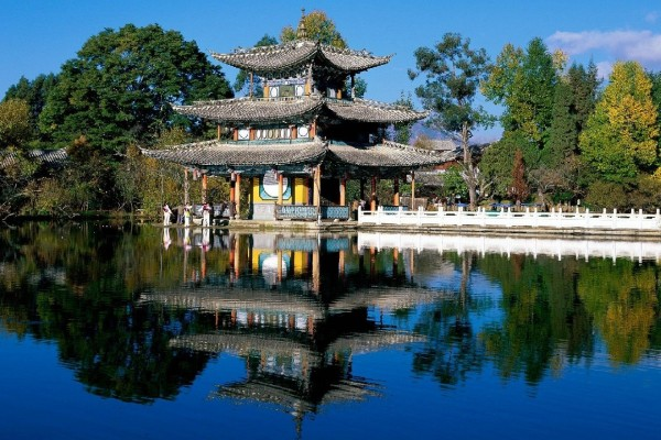 Palacio oriental a la orilla de un lago
