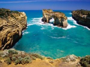 Puerta natural de piedra en aguas azules