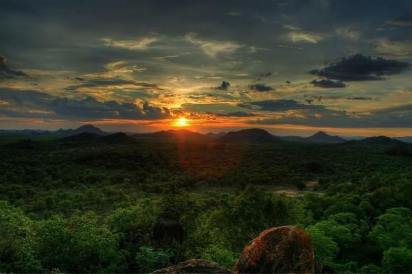El sol alumbrando el horizonte