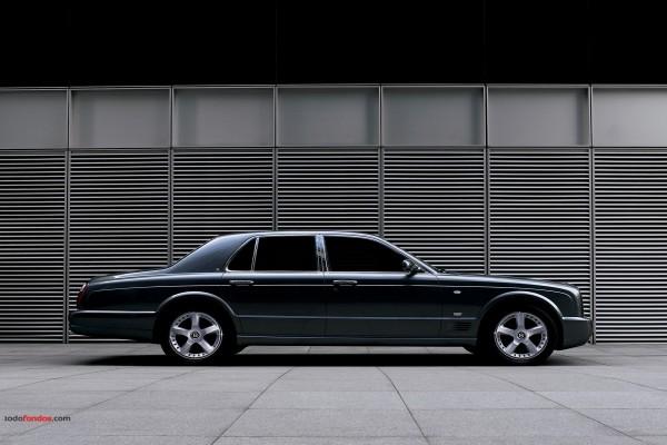 Coche de lujo Bentley con los cristales tintados