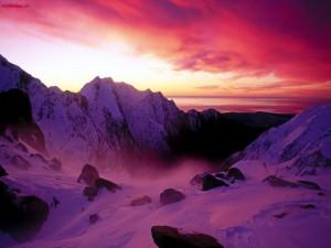 Cielo púrpura en las montañas
