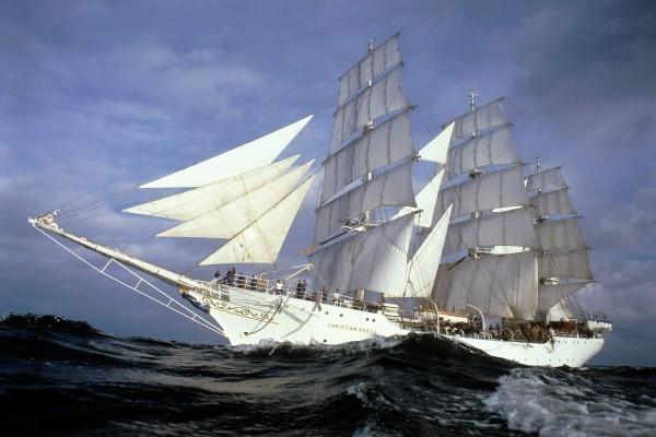 Barco velero a toda vela