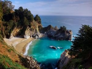 Pequeña playa solitaria de aguas azules