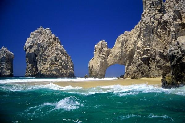 Puerta natural de piedra en la playa