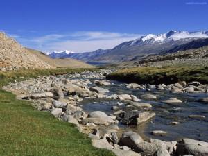 Postal: El cauce del río bajando de la montaña