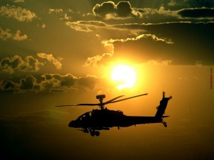 Postal: Helicóptero con el sol de fondo