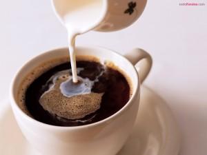 Echando leche al café