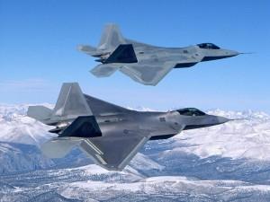 Dos aviones de combate volando en paralelo