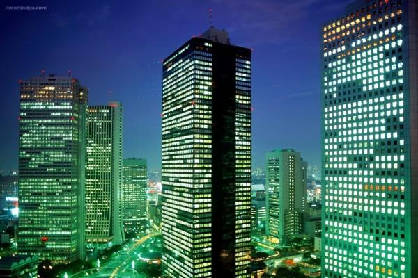 Luces de rascacielos iluminando la ciudad