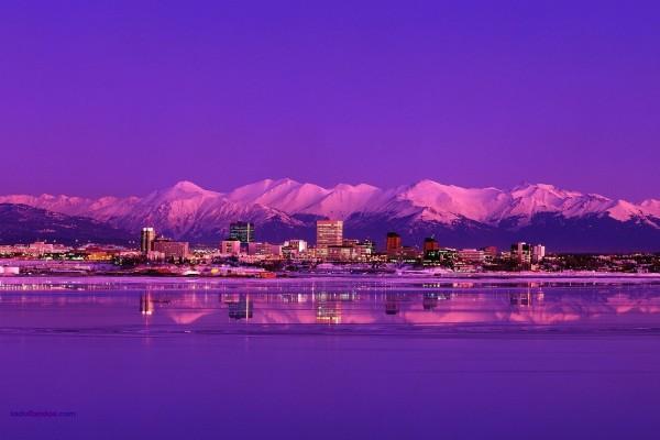La ciudad de Anchorage (Alaska) de noche
