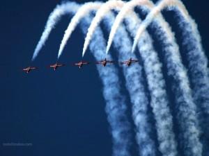 Postal: Aviones acrobáticos dibujando el cielo