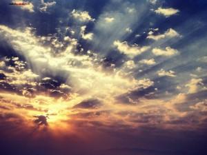 Postal: Nubes filtrando la luz del sol