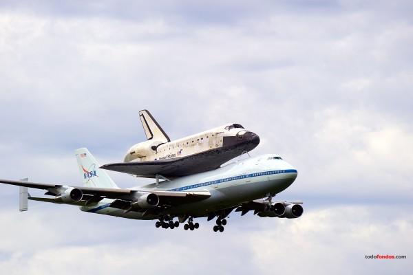 Transbordador espacial Discovery en su último vuelo sobre un Jumbo 747 de la NASA