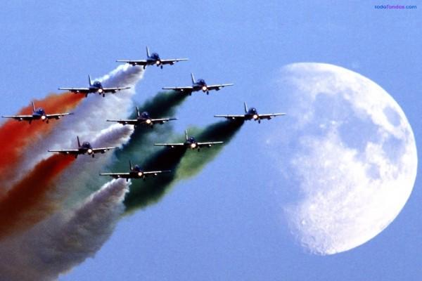 Aviones dibujando la bandera italiana en el cielo