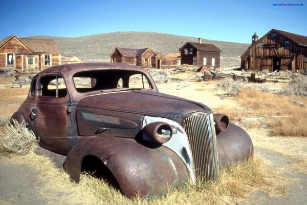 Carrocería de un viejo coche abandonado