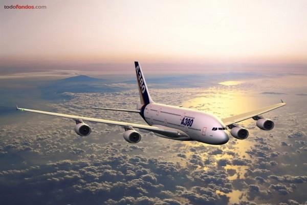 Airbus A380 sobrevolando las nubes