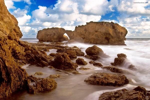 Una playa muy rocosa