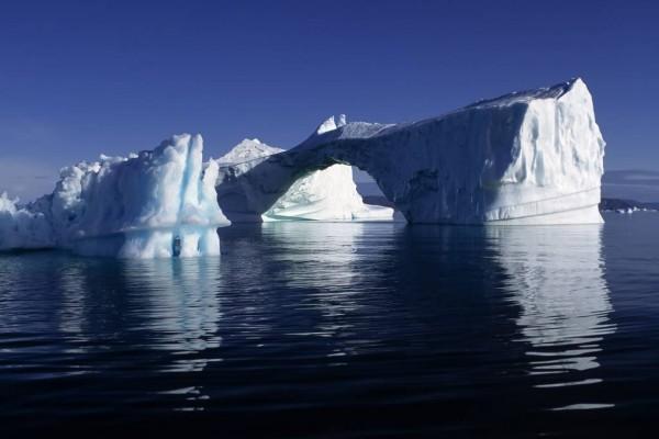 Iceberg con forma de puente