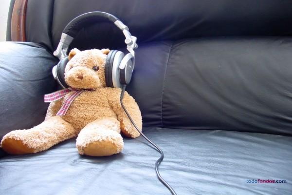 Osito de peluche escuchando música