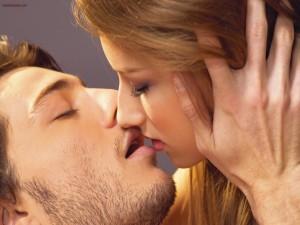 A punto de besarse en la boca