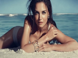 La actriz Katie Holmes tumbada en la playa