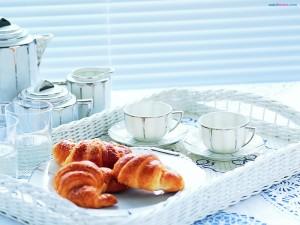 Desayuno con cruasanes