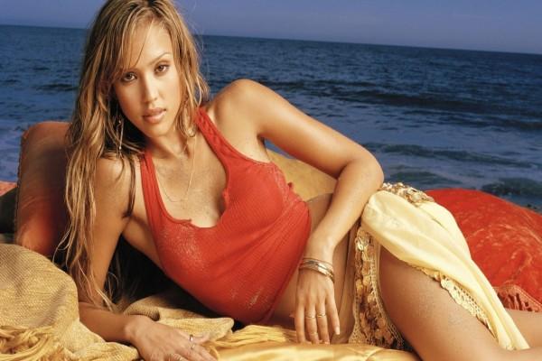 Jessica Alba con el mar de fondo