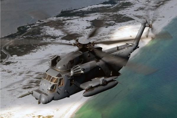 Helicóptero MH-53J sobrevolando el mar