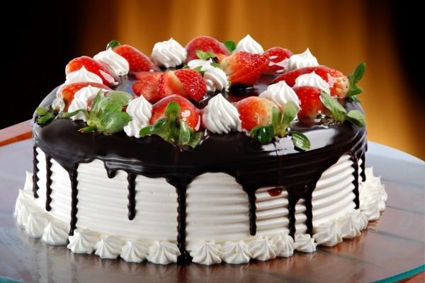 Tarta de nata, chocolate y fresas