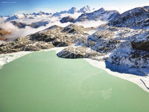 Postal: Lago de aguas verdes al pié de las montañas